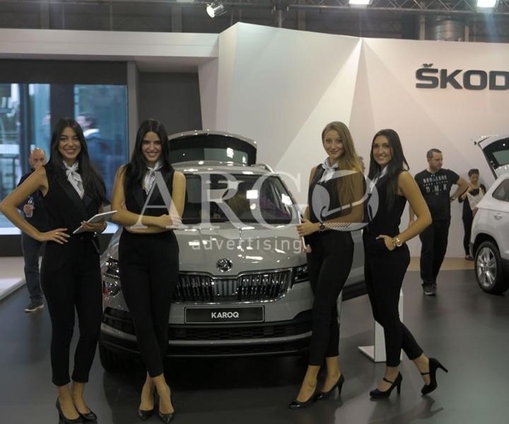 Προωθήτριες-μοντέλα στην έκθεση αυτοκινήτου
